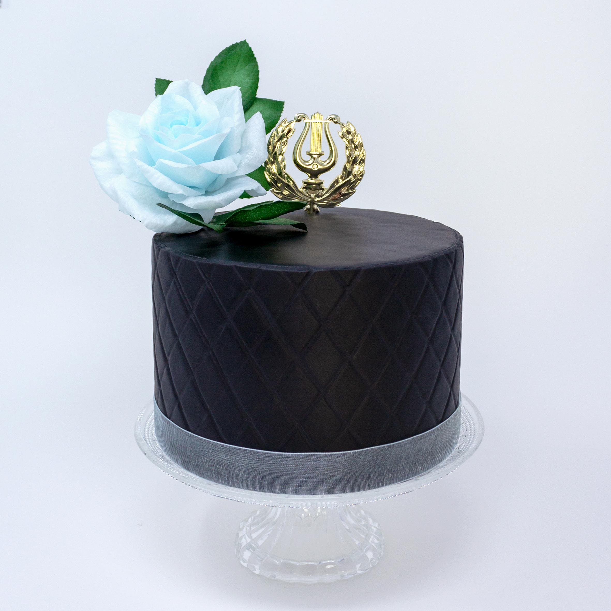 pieni musta ylioppilaskakku ja sininen ruusukoriste